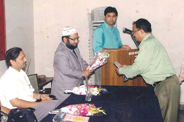 Dr. Ahrar Khan receiving prize